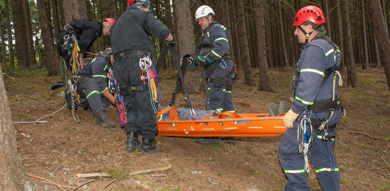 Pnovany in der Tschechischen Republik am 4. Juni 2014: Retter tragen einen Verletzten auf einem Stretcher im schwererreichbaren Gelände in der Nähe des Staudammes Hracholusky (Foto: Martin Fredy/iStock).