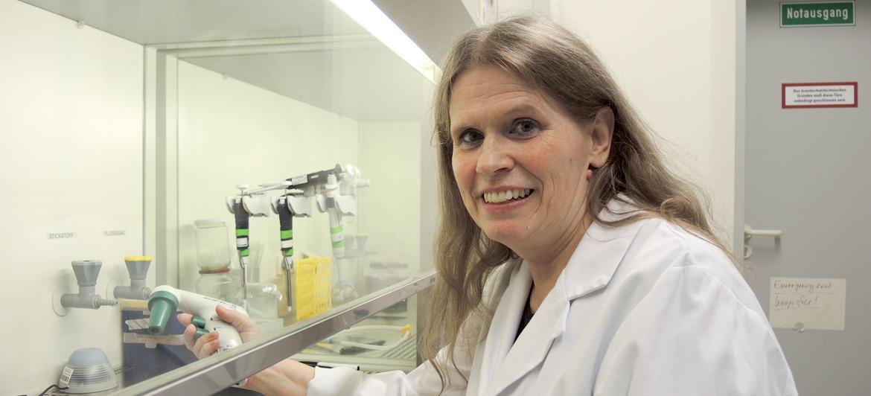 Dr. Claudia Friesen, Chemikerin am Institut für Rechtsmedizin der Universität Ulm. Foto: Thomas Burmeister/dpa