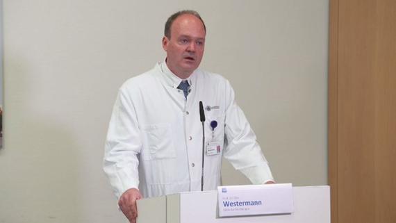Prof. Dr. Dirk Westermann aus der Klinik für Kardiologie des <span>UKE</span> stellt die Studienergebnisse bei der <span>UKE</span>-Pressekonferenz am 10.07.2020 vor. Bild: © <span>UKE</span>